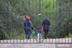 Стадион по пр. Конституции. Курган, ворота, мама с ребенком, железные ворота, стадион синтез