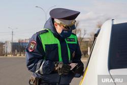 Проверка ГИБДД водителей на дорогах города. Магнитогорск, медицинская маска, проверка автомобиля, дпс