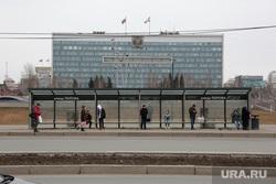 Город во время нерабочих дней, объявленных в связи с карантином по коронавирусу, третий день. Пермь, люди в масках, остановка автобусная