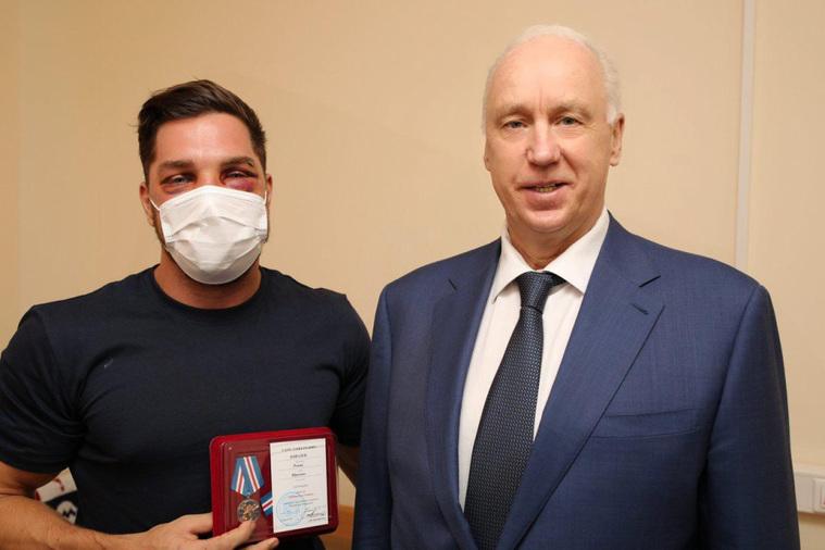 Бастрыкин лично наградил в больнице москвича, избитого в метро. Фото