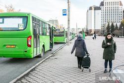 Люди в городе. Тюмень, остановка, транспорт, автобус, общественный транспорт