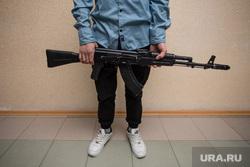 Клипарт. Сургут, автомат, оружие, стрелок, детская преступность, подросток с оружием, школьник с автоматом