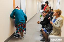 Поездка Алексея Текслера в Ашу. Челябинская область, коридор, очередь , поликлиника, пациенты, старуха, больница