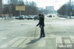 Виды Челябинска, пенсионер, пешеходный переход, пешеход, инвалид с палочкой