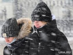 Виды Екатеринбурга, зима, медицинская маска, снегопад, маска на лицо, масочный режим, снег в лицо