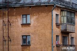Рабочая поездка губернатора Свердловской области в Верхний Тагил и Кировград. Свердловская область, старый дом, пятиэтажка, хрущевки, балкон, недвижимость, хрущевка, капремонт, многоквартирный дом, старое жилье