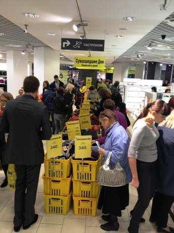 Как с ума все посходили! В одном из супермаркетов Екатеринбурга всю неделю будет царить потребительское безумие