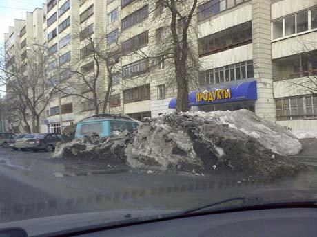 В Екатеринбурге на обочине дороги в двухметровом сугробе нашелся забытый микроавтобус. Администрация города выступила со спецобращением