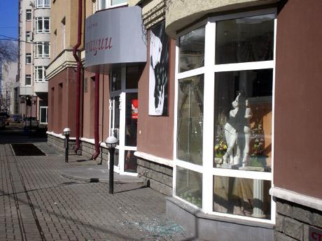 Привет из 90-х в екатеринбургском «квартале миллионеров»: ночью неизвестные побили витрины молотком. Пострадал престижный салон красоты